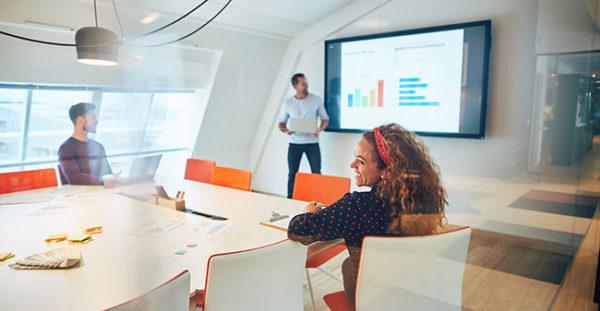 Präsentationsvorlagen mit PowerPoint entwickeln. Foto: Flamingo Images / Adobe Stock